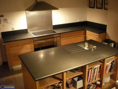 cuisine avec granit noir absolu adouci granitset. Black Bedroom Furniture Sets. Home Design Ideas